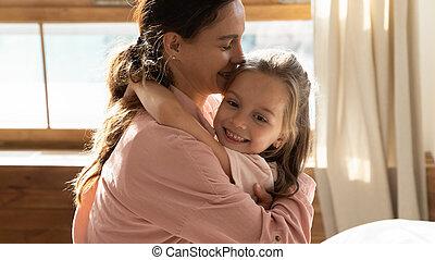maison, peu, maman, doux, étreindre, fille, mignon, soucier, jeune