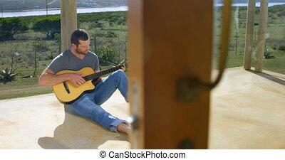 maison, porche, vue, caucasien, homme, plage, guitare jouer...