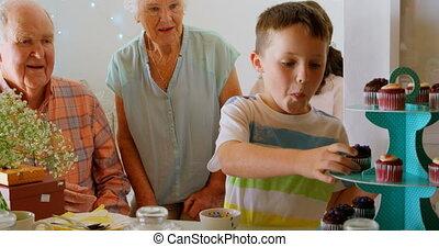 maison, sien, confortable, donne, grand-père, petit gâteau, garçon, caucasien, 4k