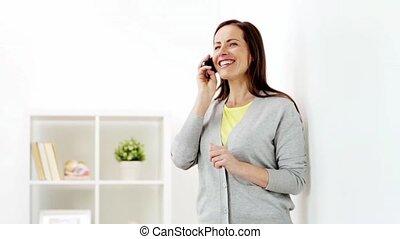 maison, smartphone, femme, heureux, appeler