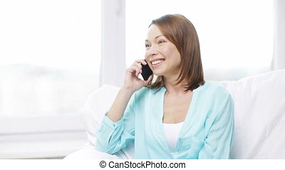 maison, smartphone, femme souriant