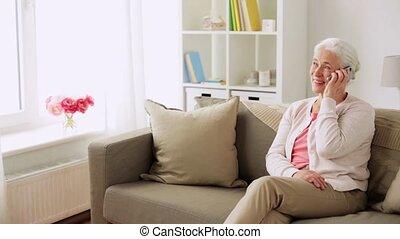 maison, smartphone, personne âgée femme, appeler