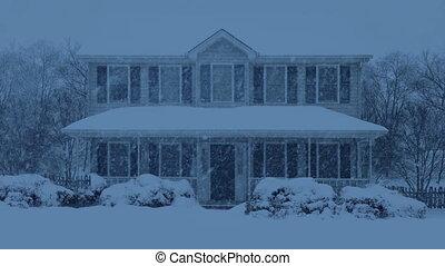 maison, soir, neige a couvert