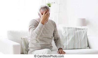 maison, souffrance, mal tête, homme aîné