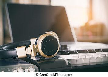 travail ordinateur quipement station musique maison photos de stock rechercher des. Black Bedroom Furniture Sets. Home Design Ideas