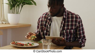 maison, utilisation, tablette, homme, manger