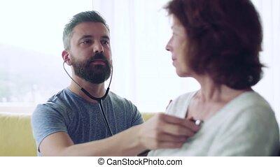 maison, visiteur santé, visit., femme aînée, pendant, examiner