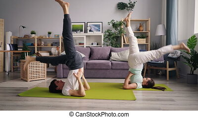 maison, yoga, ensemble, exercisme, sportif, inversé, asanas, couple, pratiquant