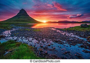 majestätisch, abend, mit, kirkjufell, volcano., populär, tourist, attraction., ort, ort, kirkjufellsfoss, island, europe.