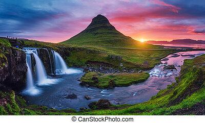 majestätisch, sonnenaufgang, mit, kirkjufell, vulkan, der, kueste, von, snaefellsnes, peninsula., ort, ort, kirkjufellsfoss, wasserfall, island, europe.