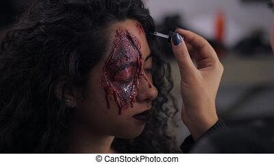 Make-up artist make the girl halloween make upin...