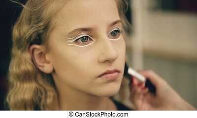 make-up, kunstenaar, maakt, jonge, actrice, meisje, mooi, makeup, voor, gezicht, voor, dancing, perfomance, binnen