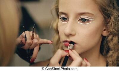 make-up, kunstenaar, maakt, jonge, actrice, meisje, mooi, makeup, voor, lippen, voor, dancing, perfomance, binnen