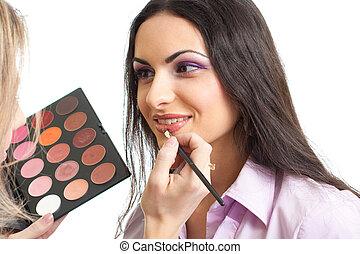 makeup, lippen, aan het dienen