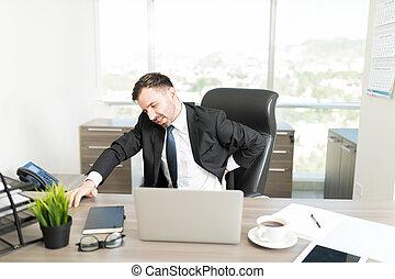 mal di schiena, ha lavorato troppo, ufficio, uomo affari