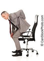 mal di schiena, standing, sedia, su, uomo affari