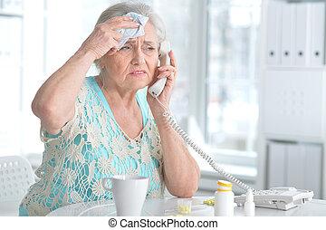 malade, femme âgée, à, médicament