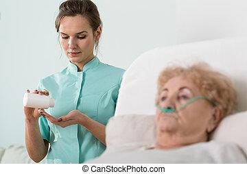 malade, personne âgée femme, infirmière