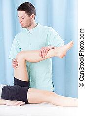 malade, thérapeute, étirage jambe