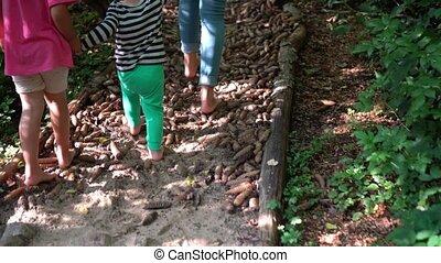 maladie, marche, bare-feet, girl, path., mère, prévention, garçon, cônes, famille