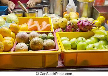malaisien, gens, vente, beaucoup, fruits frais, pour, confection, smoothies, fruit, secousse, pour, voyageur, à, local, marché nuit