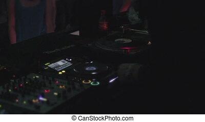 """""""male, deejay, publiczność, zabawny, muzyka, nightclub"""", interpretacja, chłodny"""