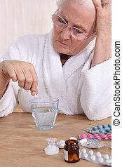 malheureux, personne âgée, prendre, elle, médicament