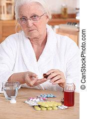 malheureux, personnes agées, dame, prendre, elle, médicament
