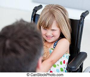 maličký, skromný, židle na kolečkách, děvče, sedění