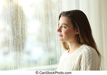 malinconico, adolescente, guardando attraverso, uno, finestra