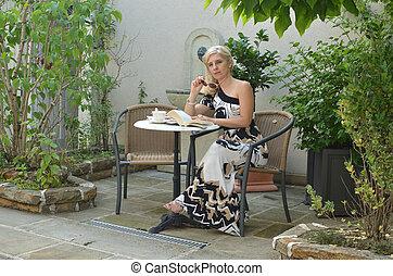 malinconico, donna, in, uno, giardino