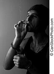 malo, hombre, en esposas, con, un, cigarrillo
