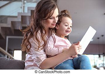 mamá, exposiciones, un, nuevo, tableta, a, ella, niño