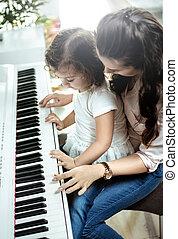 mamá joven, piano que juega, con, ella, poco, hija