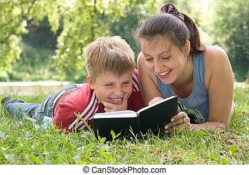 mamá, lee, libro, hijo