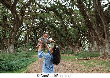 mamá, mientras, arriba, bebé, risas, tenencia