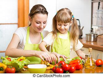 mamá, y, niño, niña, preparando, alimento sano