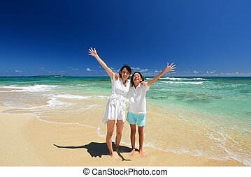 mama y niño, juego, en la playa