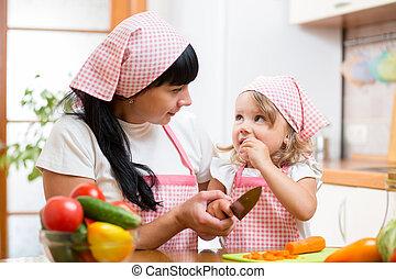 mama y niño, preparando, alimento sano, en, cocina
