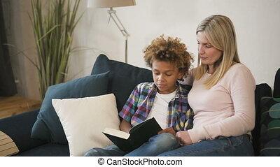 mama, zittende , boek, lezende , comfort, vrouw, zoon, sofa
