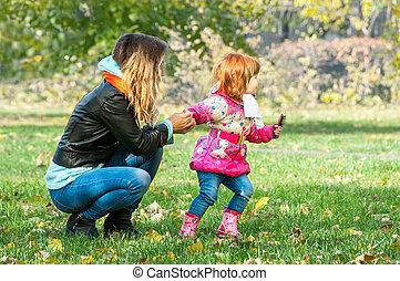 maman, jeux, à, elle, fille, dans parc