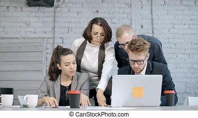 maman, ordinateur portable, projet, homme affaires, employé, utilisation, discuter