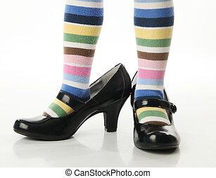 maman, peu, essayer, chaussures, girl