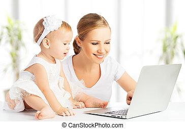 mami y bebé, con, computadora, trabajar casa