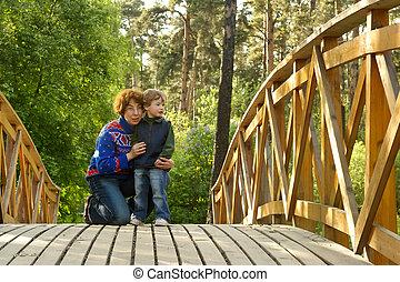 mamma, en, jongen, op, de, brug