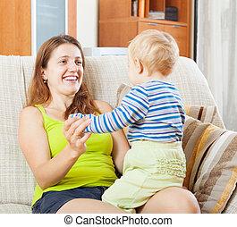 mamma felice, bambino, su, divano