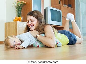 mamma felice, bambino, su, pavimento legno