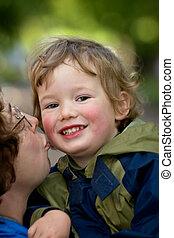 mamma, kussen, de, jongen
