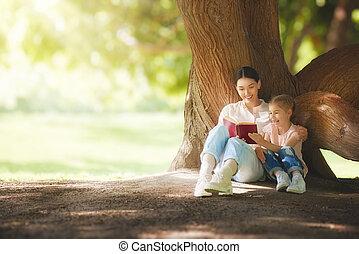 mamma, läsning en boka, till, henne, barn