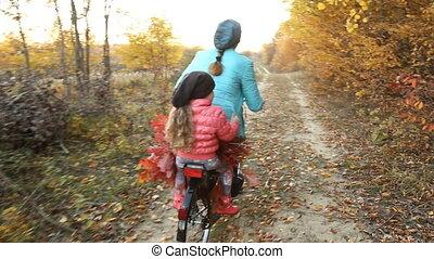 mamma, met, een, kind, te rijden, een, fiets